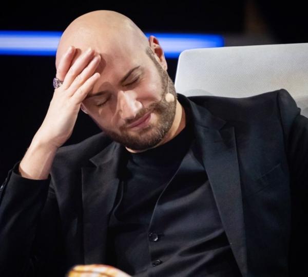 Mihai Bendeac, purtând un sacou negru, la masa juriului iUmor
