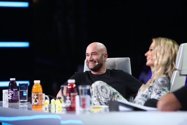 Mihai Bendeac, purtând un tricou negru, la masa juriului iUmor, alături de Delia, purtând un costum gri cu alb