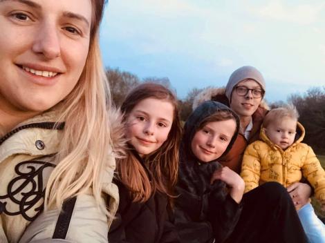 Jodie Palmer, selfie alături de cei trei copii și de partenerul său