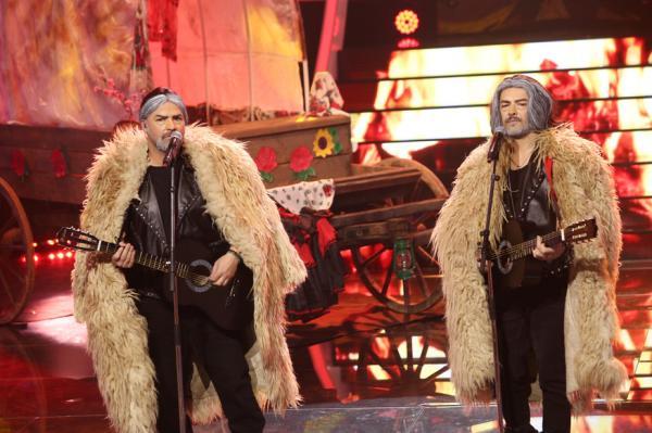 Liviu Vârciu și Andrei Ștefănescu pe scena, transformați în Nicu Covaci