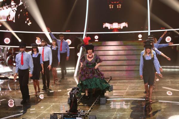 Emilia Popescu pe scena Te cunosc de undeva, alături de dansatori