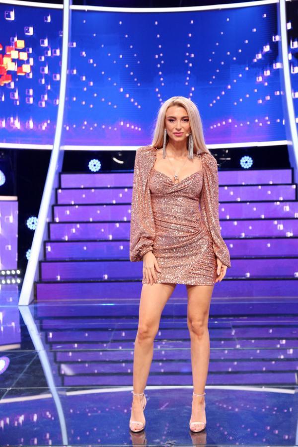 Andreea Bălan, într-o rochie roz cu sclipici și scurtă