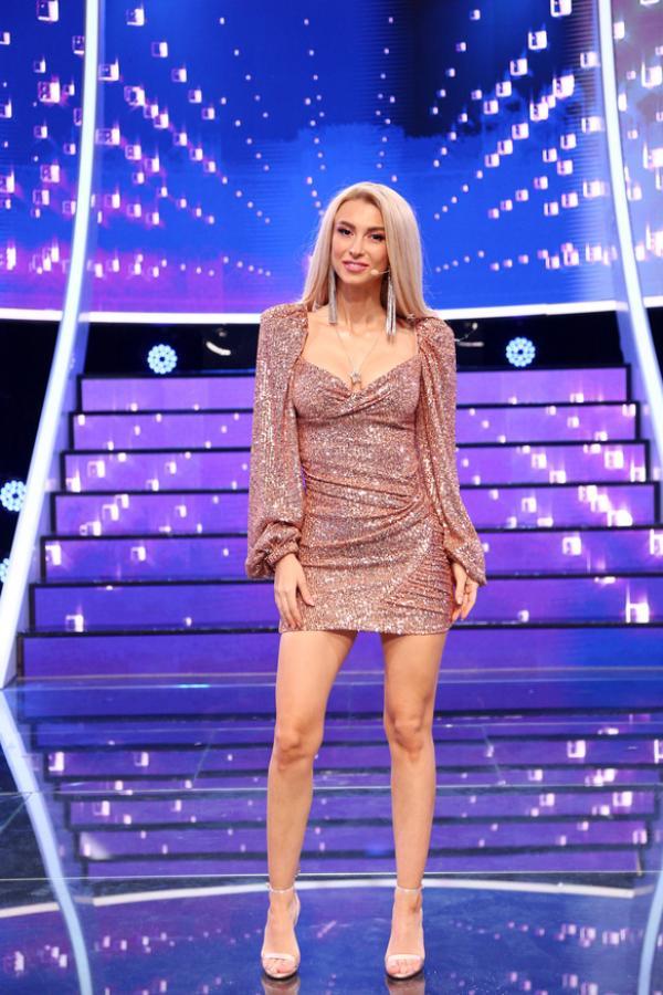 Andreea Bălan, într-o rochie roz cu sclipici și scurtă, pe scenă