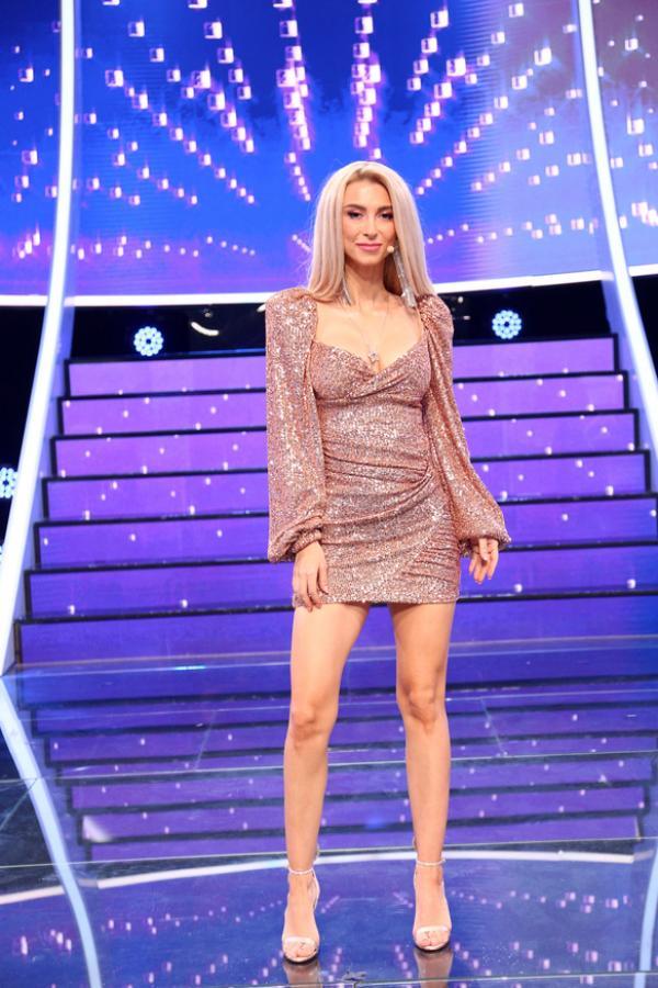 Andreea Bălan, într-o rochie roz cu sclipici și scurtă, cu părul pe spate