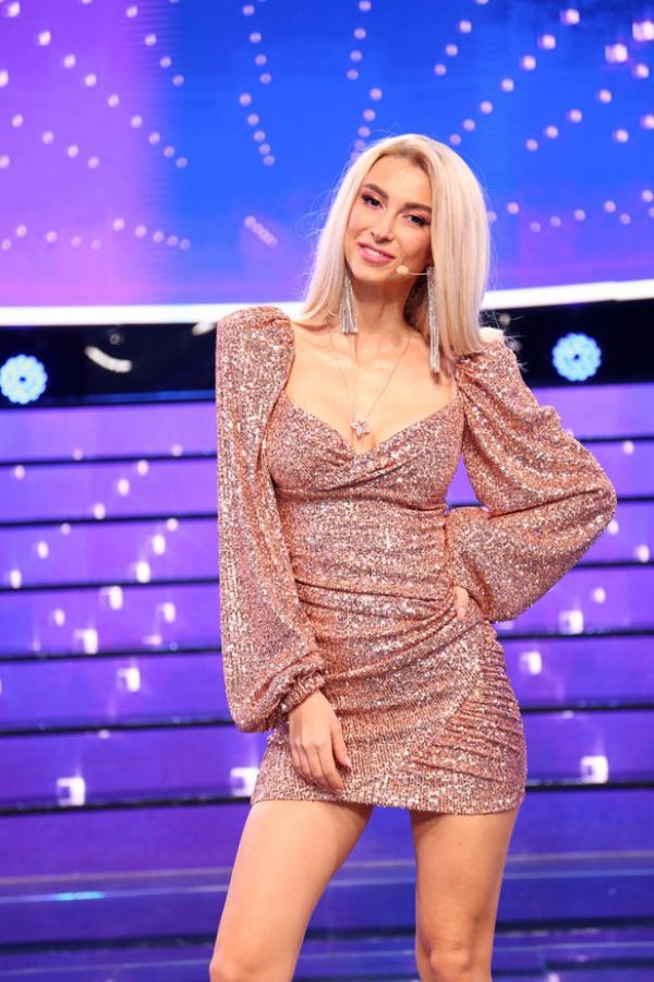 Andreea Bălan, într-o rochie roz cu sclipici și scurtă, cu decolteu amplu