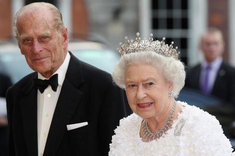 regina elisabeta a ii-a imbracata in alb si printul philip