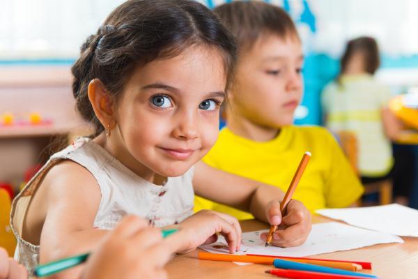 fetita care scrie la gradinita