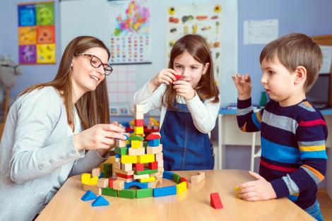 educatoare cu doi copii care s-au inscris la gradinita