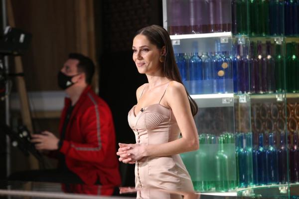 Irina Fodor în platoul Chefi la cuțite, într-o rochie crem