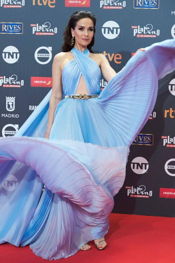 Natalia Oreiro, într-o rochie albastră și lungă