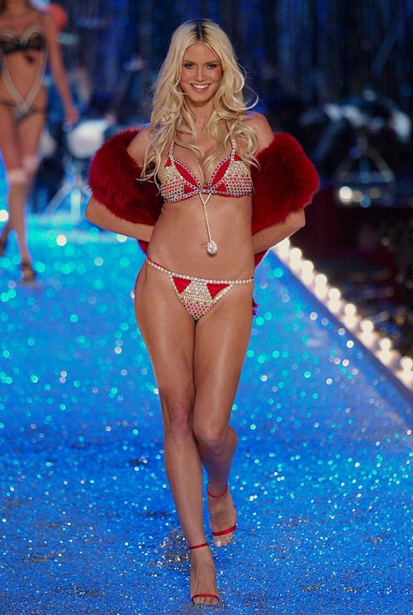 Heidi Klum în lenjerie intimă roșie