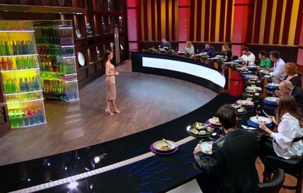 actoriio din serialul adela de la antena 1, facand degustarea