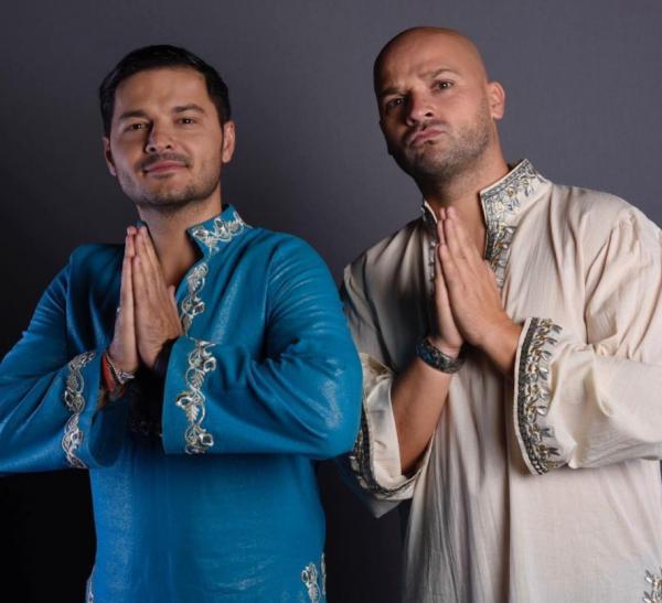 Liviu și Andrei, îmbrăcați în costumații asiatice