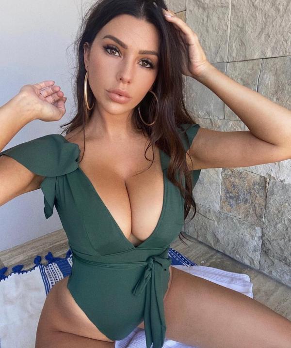 Paige Woolen intr-o tinuta verde