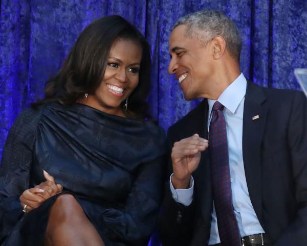 Michella și Barack Obama, unul lângă celălalt, povestind și râzând