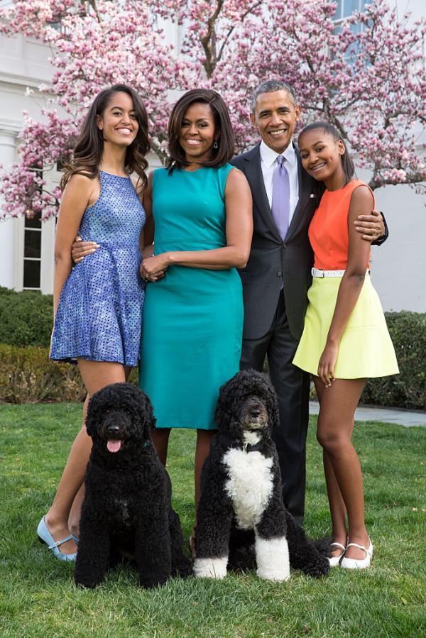 Familia Obama, portret de familie. Soții Michelle și Barack Obama, alături de cele două fiice și de câinii lor