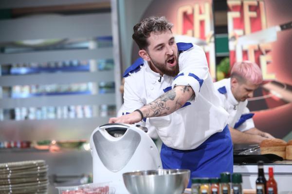 Ștefan Borleanu în tunică albă și albastră, gătește