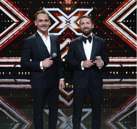 Răzvan și Dani, cu sacouri negre și cămăși albe, la X Factor 2020