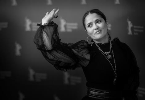 Salma Hayek, fotografie alb negru. Ridică o mână, privește într-o parte