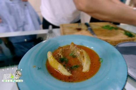Ardeii umpluți se secționează în jumătăți și se servesc glazurați cu sos de roșii