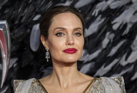 Angelina Jolie și-a vizitat fostul soț, pe Jonny Lee Miller. Actrița nu a mers cu mâna goală în vizită. Cum a fost surprinsă