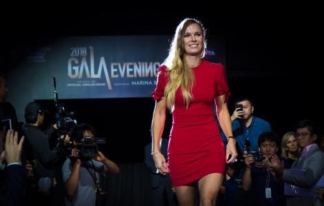 Caroline Wozniacki, îmbrăcată într-o rochie roșie, în 2018