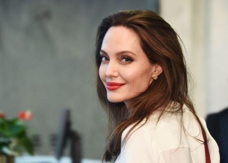 Angelina Jolie și-a lăsat la iveală tatuajul nou. Ce mesaj transmite, în contextul bătăliei cu Brad Pitt pe custodia copiilor