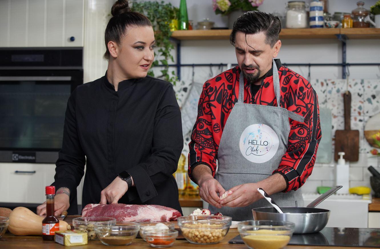 Hello Chef, episodul 6. Rețetă de ceafă de porc aromatizată, servită cu cartofi dulci și dovleac, sălățică de cous-cous cu legume