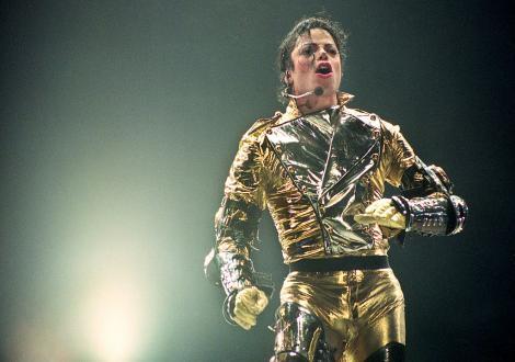 Michael Jackson, îmbrăcat în costum de scenă, într-unul dintre concertele sale