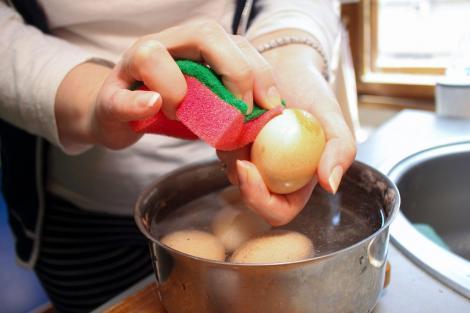 De ce nu trebuie să speli ouăle înainte de consum. Ce se întâmplă cu acestea la contactul cu apa