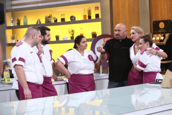 Nicoleta Pop, alături de colegii din echipa mov și de Cătălin Scărlătescu