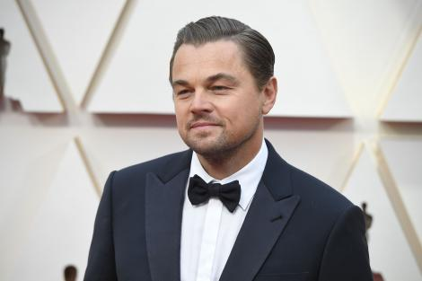 Leonardo DiCaprio, îmbrăcat într-un costum elegant, la decernarea premiilor Oscar