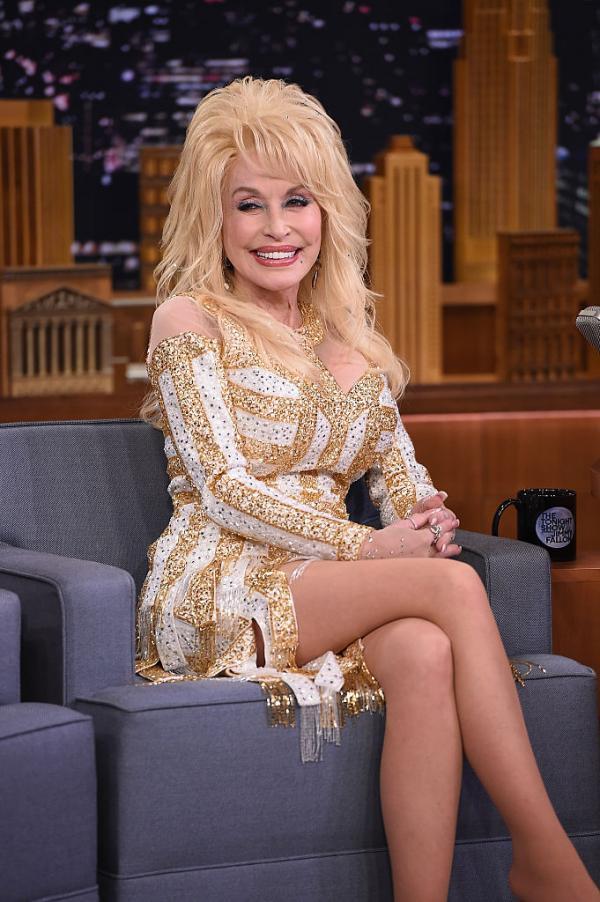 Dolly Parton, elegantă și frumos îmbrăcată într-o rochie crem cu auriu
