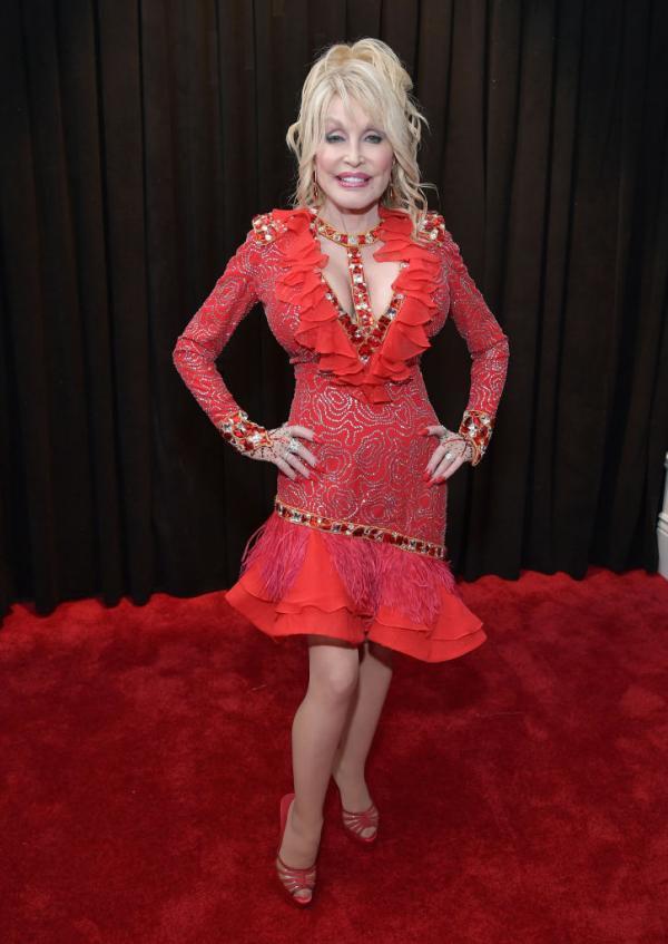 Dolly Parton, elegantă și frumos îmbrăcată într-o rochie roșie, cu decolteu