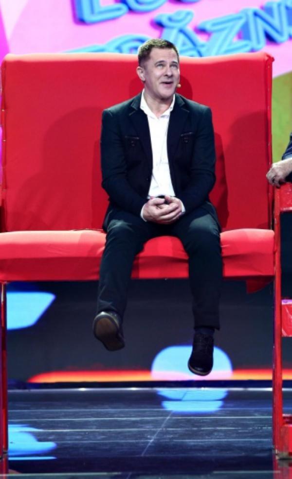 Doru Octavian Dumitru, pe un scaun roșu, la Antitalent