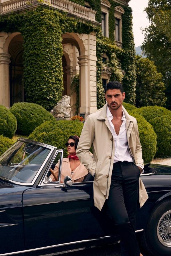 Michele Morrone într-un palton crem și cămașă albă
