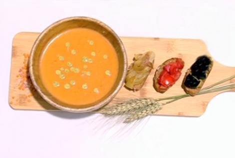 Supă cremă de linte decorată cu sos de mentă și servită cu bruschete cu legume