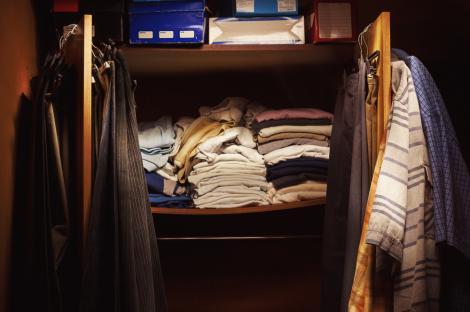 O femeie a găsit o cameră secretă în spatele unui dulap vechi. Ce a descoperit înăuntru