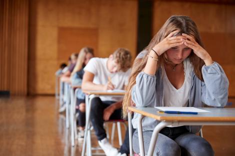elevi in sala de curs la evaluarea nationala 2021
