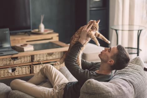 De ce tot mai mulți oameni preferă să fie singuri și nu într-o relație, în ziua de azi. Ce explicații există