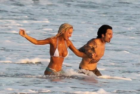 Lily James și Sebastian Stan, scene fierbinți pe plajă. Cum au fost surprinși la filmări