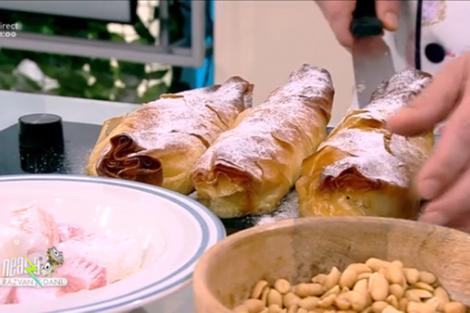 Plăcintă cu caise presărată cu zahăr pudră
