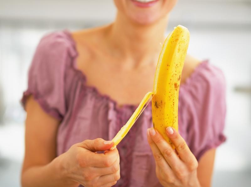imagine cu o femeie mancand o banana
