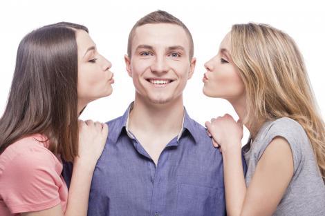 cuple de 3, un barbat, doua femei, fundal alb