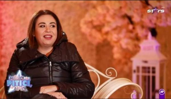 Oana Roman. în emisiune la Antena Stars, îmbrăcată în negru