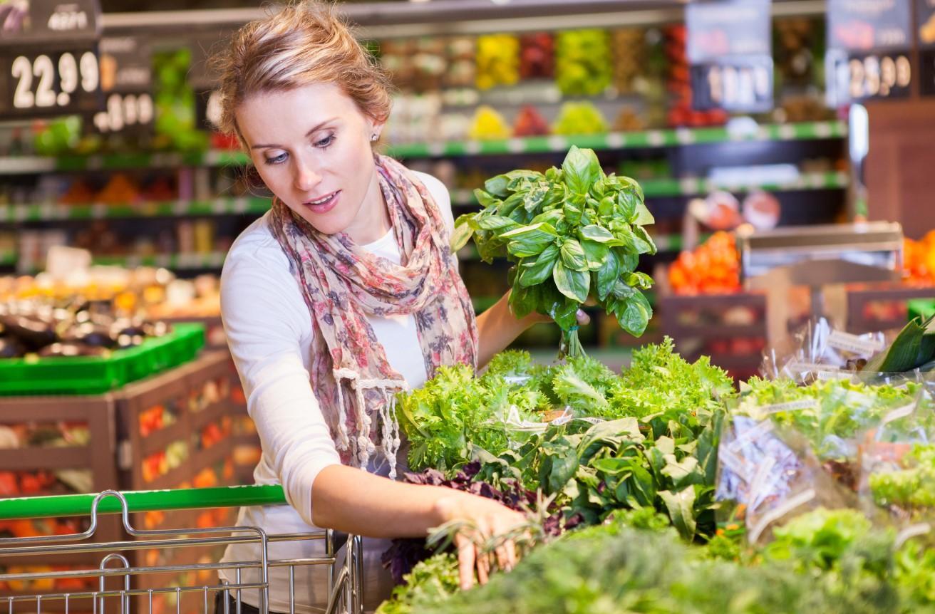 De ce sunt mereu pulverizate cu apă legumele și fructele din magazine. Puțini pot intui motivul real