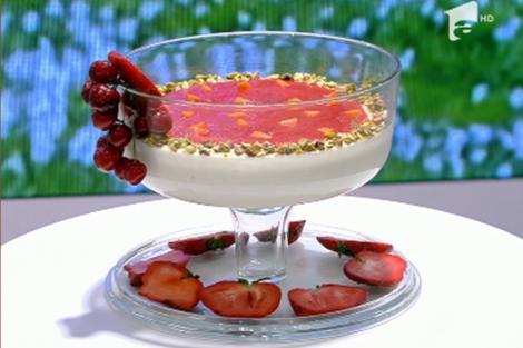 Budincă de orez cu piure de căpșuni și caise
