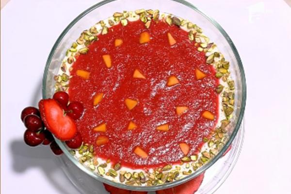 Budincă de orez cu piure de căpșuni, caise și fistic