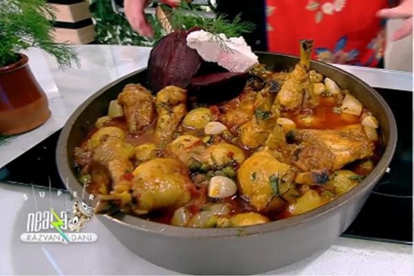 Mâncare de pui cu multe legume de vară