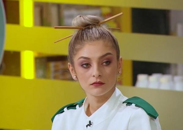 Elena Matei, în uniforma verde, cu părul prins în coc, în sezonul 9 Chefi la cuțite